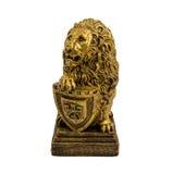 一头狮子的金小雕象与在白色背景隔绝的盾的 免版税库存照片