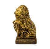 一头狮子的金小雕象与在白色背景隔绝的盾的 库存图片