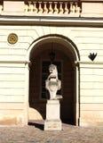 一头狮子的雕塑与古城的象征的 图库摄影