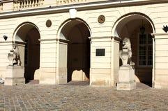 一头狮子的雕塑与古城的象征的 库存图片