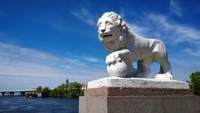 一头狮子的雕塑与爪子的在Elagin海岛上的球在圣彼德堡 图库摄影