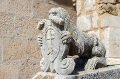 一头狮子的雕塑在教会的,黑山 免版税库存照片