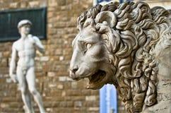 一头狮子的雕象在凉廊dei Lanzi的在广场della Signoria在佛罗伦萨 库存图片