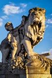 一头狮子的雕象在Pont亚历山大的III在巴黎 免版税库存照片