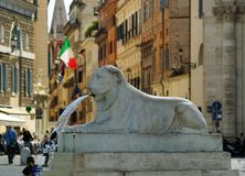 一头狮子的雕象从一个喷泉的在Poppolo广场 库存照片