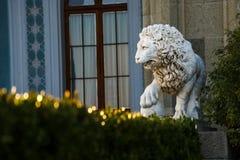 一头狮子的Sstatue在沃龙佐夫宫殿公园 免版税库存照片