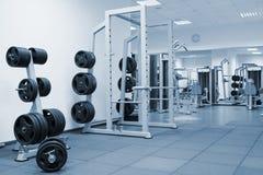 一间现代健身房的内部 免版税库存照片