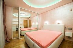 一间现代卧室的内部有豪华云幂灯的 免版税库存照片