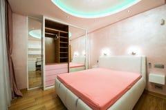 一间现代卧室的内部有豪华天花板的 图库摄影