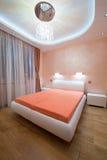 一间现代卧室的内部有豪华天花板的 库存照片