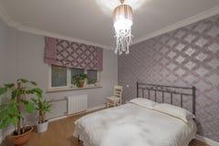 一间现代卧室的内部 免版税库存图片