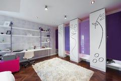 一间现代屋子的内部有现代壁橱的 免版税库存照片