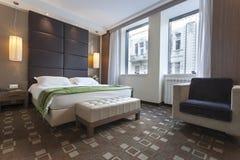 一间现代旅馆卧室的内部 库存图片