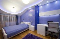 一间现代紫色卧室的内部有豪华天花板的 免版税库存图片
