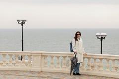 一件白色外套的少妇浅黑肤色的男人沿散步走 图库摄影