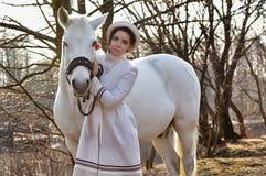 一件白色外套的端庄的妇女 库存图片