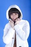 一件白色夹克的妇女在蓝色背景 免版税库存照片