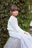 一件白色礼服的俏丽的女孩 免版税库存图片