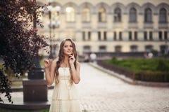 一件白色礼服的可爱的女孩 库存图片