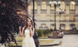 一件白色礼服的可爱的女孩 免版税库存图片