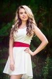 一件白色礼服的夏天照片微笑的女孩 免版税库存图片