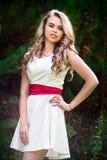 一件白色礼服的夏天照片微笑的女孩 库存图片