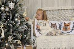 一件白色礼服的女孩在圣诞节 库存图片