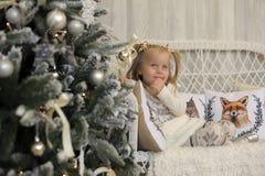 一件白色礼服的女孩在圣诞节 免版税库存照片