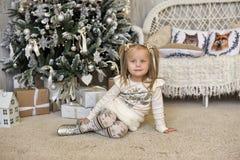 一件白色礼服的女孩在圣诞节 图库摄影