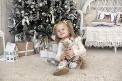 一件白色礼服的女孩在圣诞节 免版税库存图片