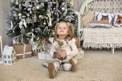 一件白色礼服的女孩在圣诞节 免版税图库摄影