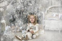 一件白色礼服的女孩在圣诞节 库存照片