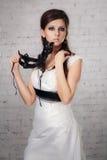 一件白色礼服的女孩有一个黑面具的 库存照片