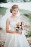 一件白色礼服的新娘 免版税库存照片