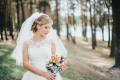 一件白色礼服的新娘 库存图片