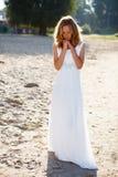 一件白色礼服的浪漫女孩新娘在晴朗室外 图库摄影