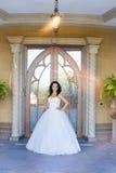 一件白色礼服的深色的新娘在婚礼之日 库存照片