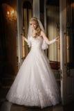 一件白色礼服的美丽的性感的新娘金发碧眼的女人 库存图片