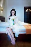 一件白色礼服的美丽的年轻新娘有婚礼花束的si 免版税库存图片