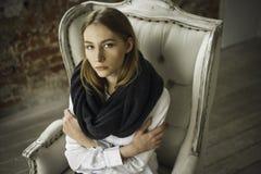 一件白色礼服的镇静美丽的少妇在家 免版税库存图片