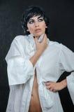 一件白色衬衣的女孩有拉的衣领 免版税图库摄影