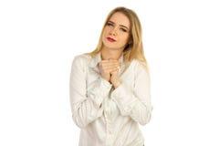 一件白色衬衣的女孩紧压手 免版税库存图片