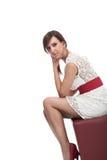 一件白色超短裙的时髦的妇女 免版税库存照片