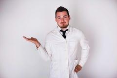 一件白色长袍的人 免版税图库摄影