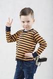 一件白色T恤杉和悬挂装置的时兴的男孩 免版税图库摄影