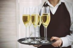 一致的服务香槟的专业男性侍者 dof 库存照片
