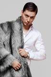 一件皮大衣的好人从一只黑狐狸 免版税库存照片