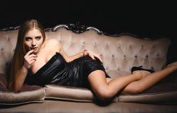 一件短的性感的礼服的美丽的女孩 库存图片