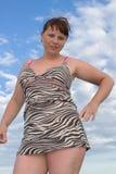 一件短的礼服的诱人的妇女 免版税库存照片