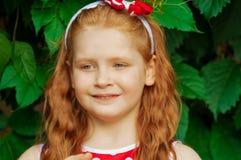 一件礼服的女孩在樱桃庭院里 库存照片
